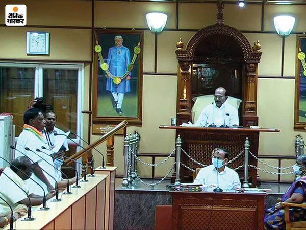 विधानसभा के विशेष सत्र में सीएम नारायणसामी ने केंद्र की मोदी सरकार को कोसा। बाद में मीडिया से कहा कि स्पीकर ने नॉमिनेटेड विधायकों को वोटिंग का अधिकार देकर हमारी सरकार गिरा दी। यह लोकतंत्र की हत्या है।