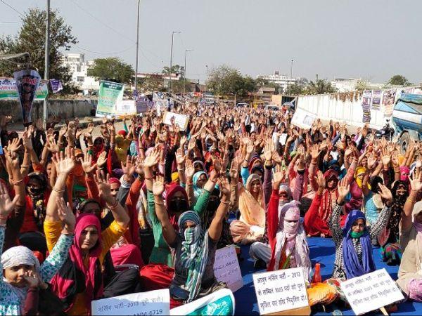 लंबित चल रही भर्तियों को जल्द करवाने और नियुक्तियां देने की मांग को लेकर बेरोजगारों का धरना - Dainik Bhaskar