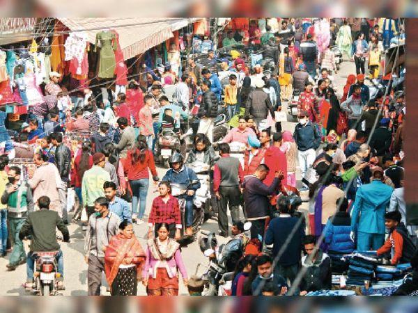 रैनक बाजार में संडे मार्केट के दौरान बड़ी संख्या में लोग बिना मास्क के घूमते रहे।-भास्कर - Dainik Bhaskar