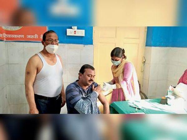 स्वास्थ्य केंद्र में कोरोना का टीका लगवाते स्वास्थ्यकर्मी। - Dainik Bhaskar