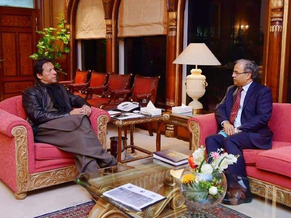 फोटो जनवरी 2019 की है। तब असद मजीद खान को अमेरिका में पाकिस्तान का एम्बेसेडर अपॉइंट किया गया था। अमेरिका रवाना होने से पहले उन्होंने प्रधानमंत्री इमरान खान से मुलाकात की थी। - Dainik Bhaskar
