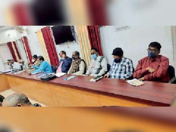 मेला व महोत्सव को ले आयोजित बैठक में मौजूद पदाधिकारी व अन्य। - Dainik Bhaskar