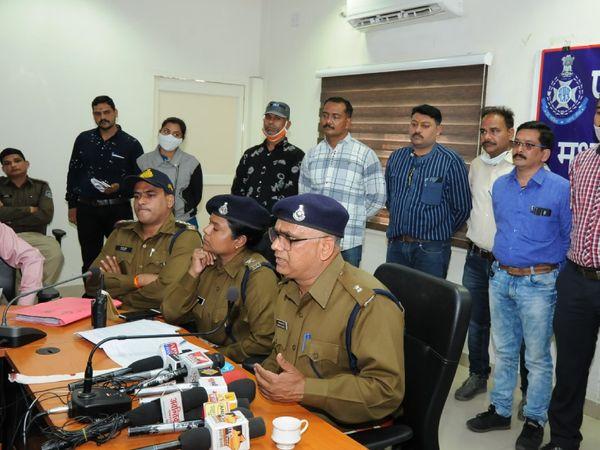 छोटे ठाकुर हत्याकांड के खुलासे की जानकारी देते एएसपी अमरेंद्र सिंह व सीएसपी वंदना