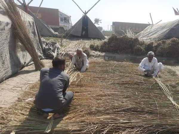 बॉर्डर पर इस तरह झोपड़ी बना रहे किसान। ताकि गर्मी से बचा जा सके।
