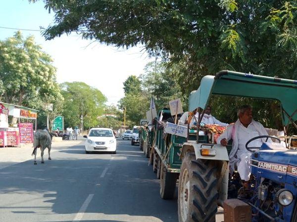 गांवों से राशन लेकर जाते किसान। - Dainik Bhaskar