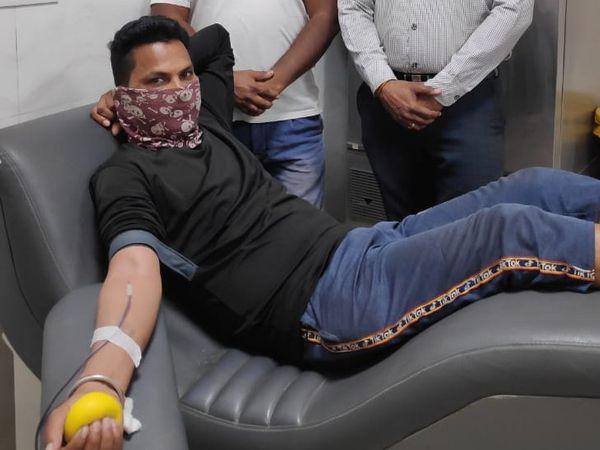 ब्लड बैंक में रक्त की कमी आ गई है। ब्लड बैंक में फिलहाल 350 यूनिट रक्त ही स्टोरेज है। जबकि ब्लड बैंक से वर्तमान में प्रतिदिन 70-80 यूनिट ब्लड की खपत हो रही है - Dainik Bhaskar