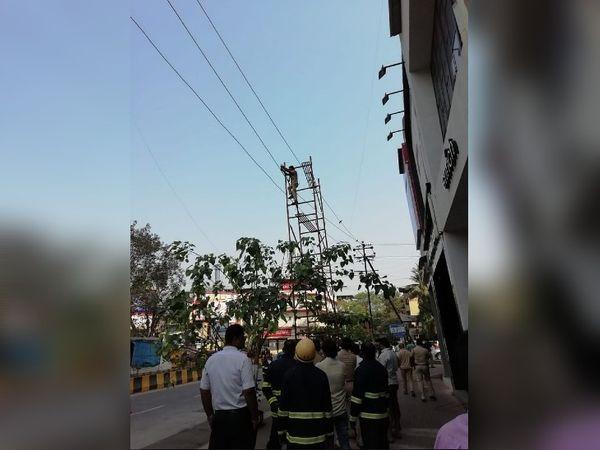 घटना के बाद मौके पर पहुंचे बिजली विभाग के कर्मचारी सीढ़ी को हटाते हुए।
