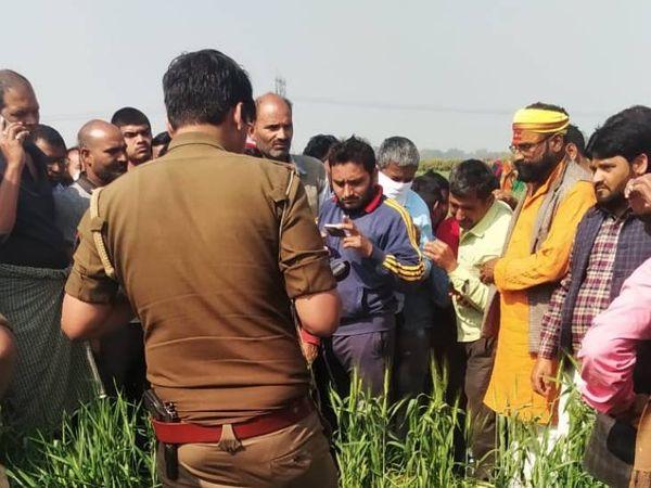 मौके पर पड़ताल करने में जुटी पुलिस और उमड़े ग्रामीण। - Dainik Bhaskar