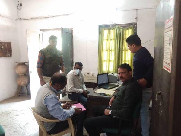 आरोपी कमलेश कसेरा को गिरफ्तार करने के बाद प्रकरण दर्ज करते हुए।