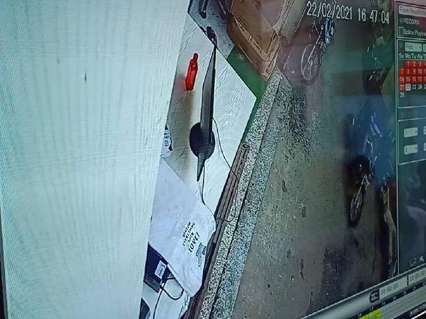 सीसीटीवी में कैद बाइक सवार लुटेरे।