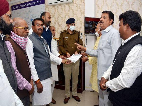 एसपी को ज्ञापन सौंपकर एफआईआर दर्ज करने की मांग करते कांग्रेस पदाधिकारी। - Dainik Bhaskar