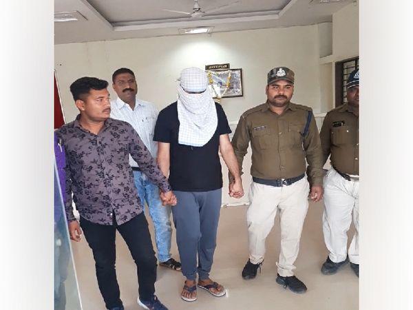 पुलिस की गिरफ्त में छोटे ठाकुर हत्याकांड का आरोपी (गमछे से चेहरा ढंका हुआ) - Dainik Bhaskar