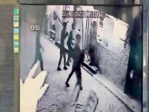 पेट्रोल पंप पर सीसीटीवी कैमरे में कैद हुई हमले की वारदात। - Dainik Bhaskar