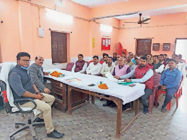 पैक्स अध्यक्षों के साथ बैठक करते अधिकारी। - Dainik Bhaskar