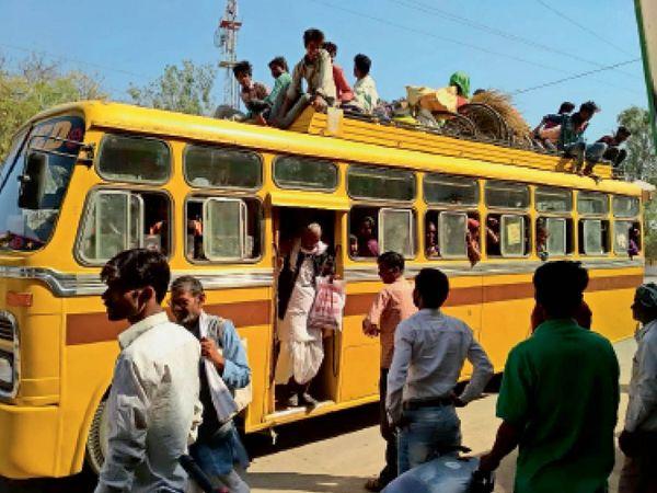 भिंड-भांडेर हाइवे पर सोहन के पास यात्री बस की छत पर बैठे यात्री - Dainik Bhaskar