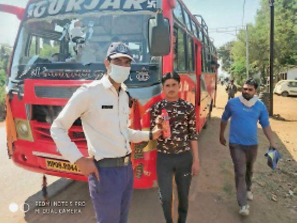 डीटीओ और ट्रैफिक पुलिस ने कमी मिलने पर बसों के चालान बनाए। - Dainik Bhaskar