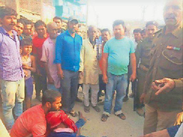 दुर्घटनग्रस्त में घायल युवक को देखने इकट्ठा हुई भीड़। - Dainik Bhaskar