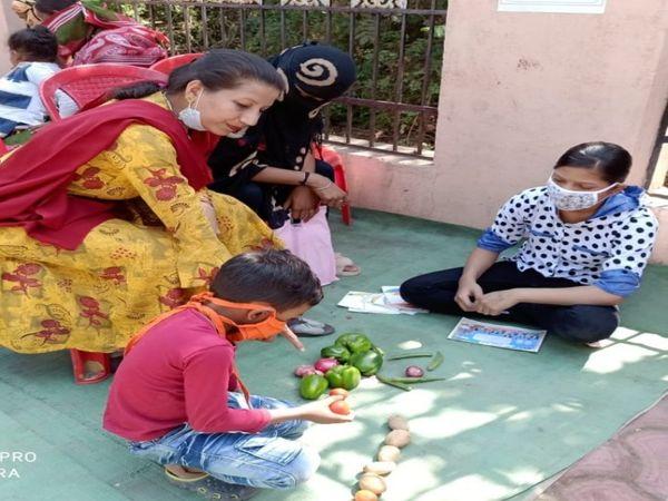 बच्चों की मम्मियों को ट्रेनिंग देती शिक्षिका। - Dainik Bhaskar