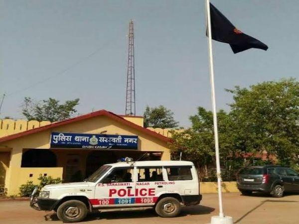 तस्वीर सरस्वती नगर थाने की है। पुलिस इस मामले में दोनों गुटों के खिलाफ केस दर्ज कर चुकी है। - Dainik Bhaskar