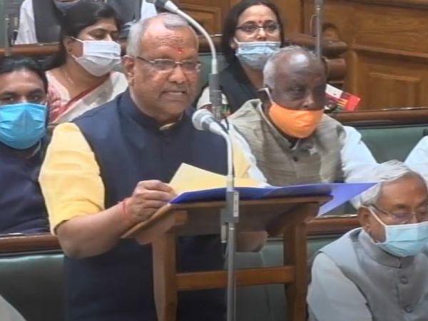 बिहार के लिए वित्तीय वर्ष 2021-22 का बजट पेश करते वित्त मंत्री। बगल में नीचे बैठे हैं CM नीतीश कुमार। - Dainik Bhaskar
