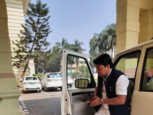 माननीय बिना मास्क के गाड़ी से उतरकर सदन के अंदर जाते दिखे। - Dainik Bhaskar