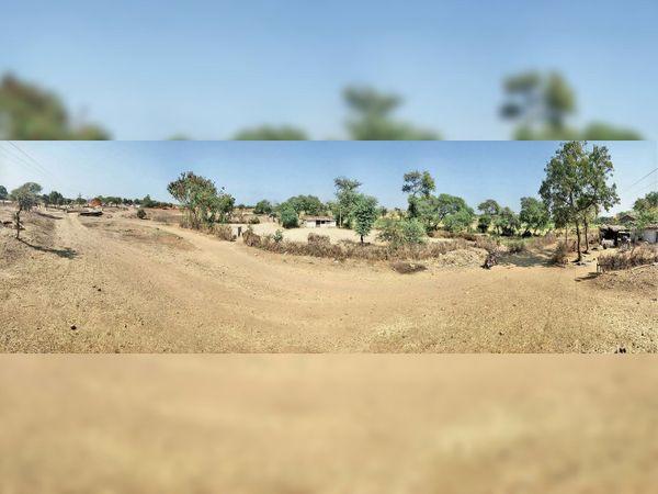 इन स्थानों पर बनना था सड़क, लेकिन नहीं बनी। बिना निर्माण के ही करा लिया गया भुगतान। - Dainik Bhaskar