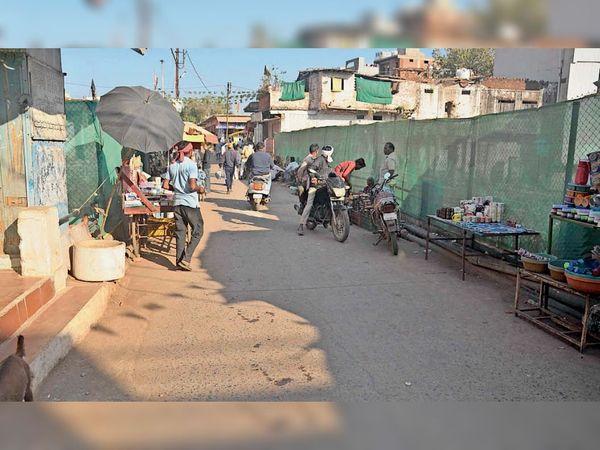 पंद्रह फीट चौड़े शास्त्री पुल के दोनों तरफ दुकानें लगने से लोगों को परेशानी का सामना करना पड़ता हैं। - Dainik Bhaskar