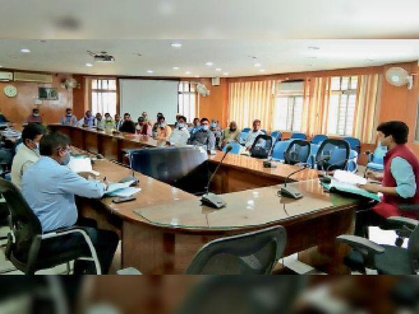 फोटो 22 कोडपी 3 में बैठक में शामिल एसडीओ व अन्य। - Dainik Bhaskar