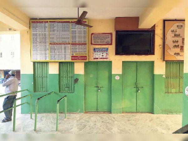 भीनमाल. रोडवेज बस स्टैंड जहां पर सांय 4 बजे के बाद ताला लग जाता है। - Dainik Bhaskar