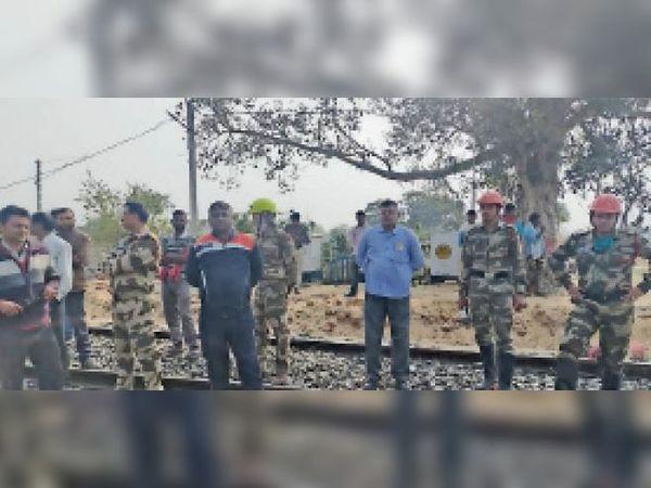 घटनास्थल पर मौजूद अधिकारियों की टीम। - Dainik Bhaskar