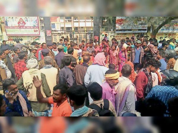 सोमवार को कलेक्ट्रेट के समक्ष मुआवजे की मांग को लेकर सड़क जाम करते लोग व रोते-बिलखते परिजन। - Dainik Bhaskar