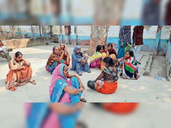 सोनपे गांव में विवाहिता की हत्या के बाद रोते-बिलखते परिजन। - Dainik Bhaskar