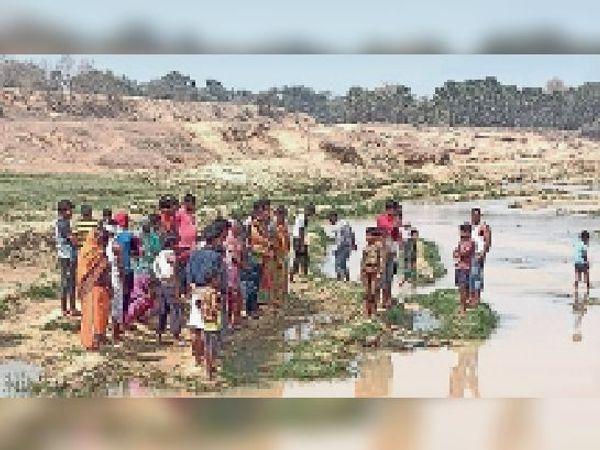 पौकरी गांव के बदुआ नदी में लापता बालक का मिला शव। - Dainik Bhaskar