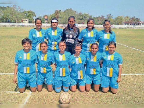 खरगोन स्पर्धा में प्रदर्शन करती बड़वानी की टीम। - Dainik Bhaskar
