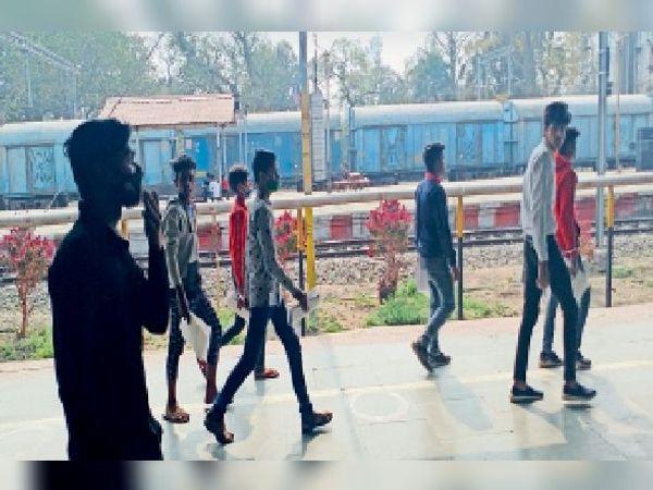 परीक्षा देकर घर जाने के लिए सीवान रेलवे स्टेशन पर परीक्षार्थी - Dainik Bhaskar