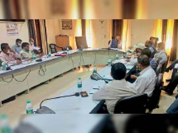 जालोर. जिला कलेक्टर बैठक में अधिकारियों को निर्देश देते हुए। - Dainik Bhaskar