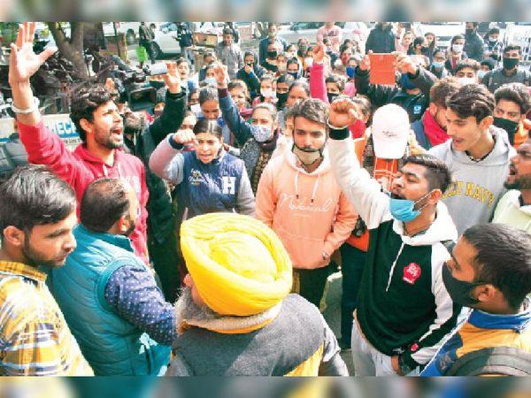जालंधर में 19 जनवरी को डिग्रियों के लिए छात्रों ने प्रदर्शन भी किया, जिसके बाद कई छात्रों को डिग्री मिल गई। - Dainik Bhaskar