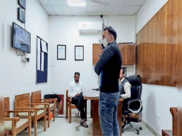 सीसीटीवी फुटेज जांचते एसडीएम, सीएम फ्लाइंग। - Dainik Bhaskar