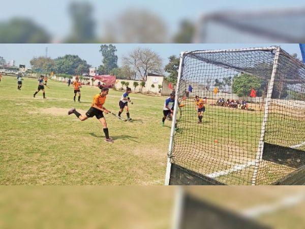 राज्य स्तरीय हॉकी प्रतियोगिता के दौरान कुरुक्षेत्र व हिसार के खिलाड़ी गेंद पर अपना प्रभाव जमा गोल करने की कोशिश करते हुए। - Dainik Bhaskar