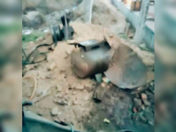 टंकी फटने के बाद बिखरे पड़े लोहे के टुकड़े। - Dainik Bhaskar
