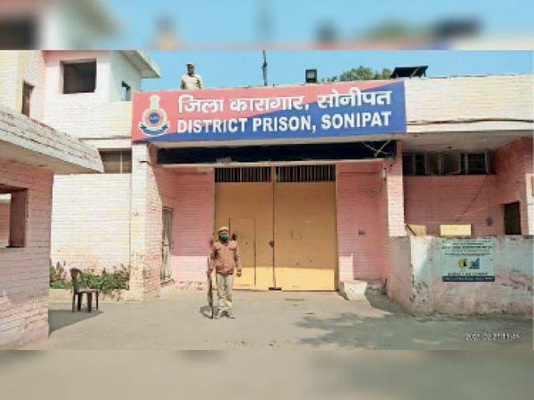 जिला कारागार के बाहर तैनात सुरक्षा गार्ड। - Dainik Bhaskar