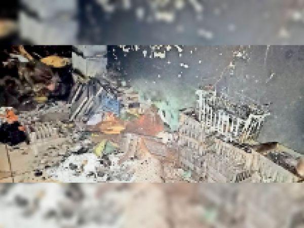 आग लगने से जलकर राख हुआ दुकान में रखा सामान। - Dainik Bhaskar
