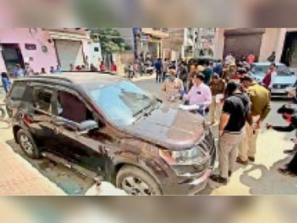 गुड़गांव. हत्या की वारदात के बाद मौके पर जांच करती पुलिस। - Dainik Bhaskar
