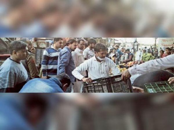 बाजार में अभियान के दौरान सामान जब्त करती नगर निगम की टीम। - Dainik Bhaskar