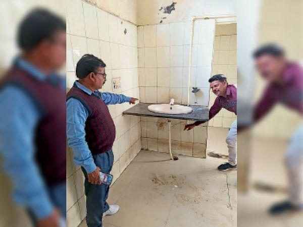 सार्वजनिक शौचालयों का निरीक्षण करते नगर परिषद के अधिकारी। - Dainik Bhaskar