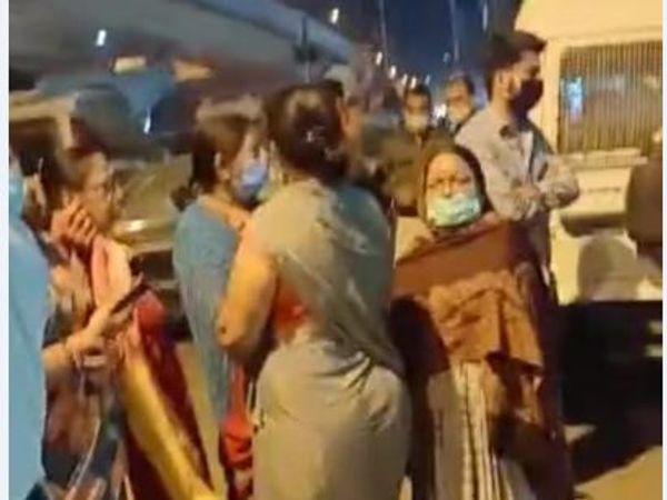 मामले में दो दिन बाद भी FIR नहीं होने के कारण महिलाओं तक को थाने जाना पड़ा। - Dainik Bhaskar