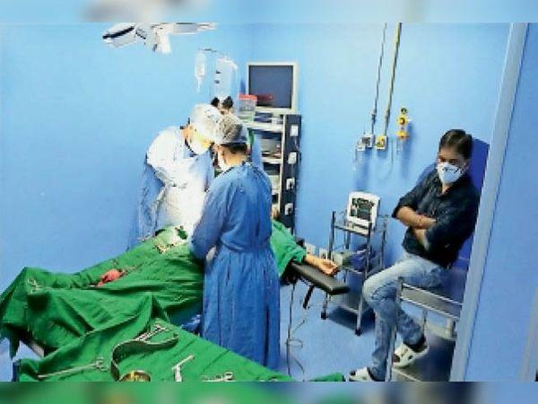 सीएम फ्लाइंग की रेड के दौरान ऑपरेशन रूम में बैठे सीएमओ। - Dainik Bhaskar