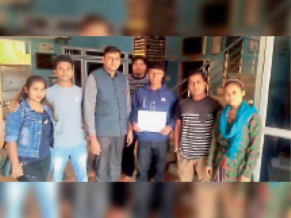 जिला मुख्यालय पर सरकारी कॉलेज की मांग को लेकर हस्ताक्षर अभियान चलाते सामाजिक कार्यकर्ता। - Dainik Bhaskar