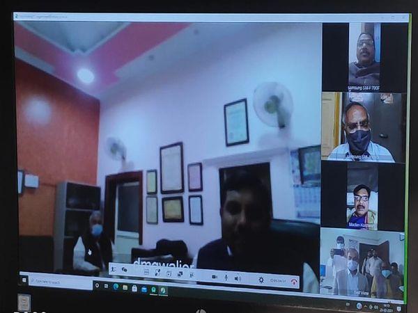 कोरोना के संकट को लेकर जिला क्राइसेस मैनेजमेंट की बैठक हुई है,इसमें सभी सदस्य वर्चुअल रूप से शामिल हुए और सुझाव दिए - Dainik Bhaskar