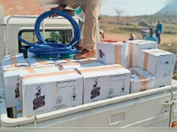 बरामद की गई 210 पेटी नकली शराब। - Dainik Bhaskar